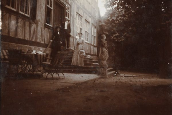 Die Familie Hue de Grais auf der Treppe ca. 1920
